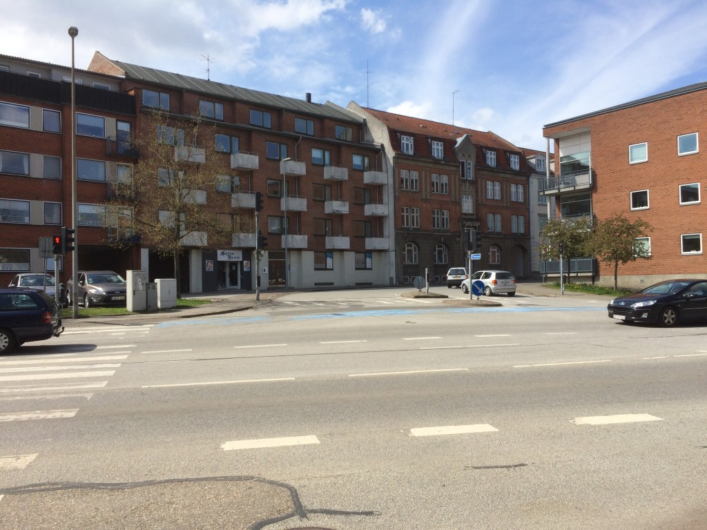 Den ene op-/nedkørsel til centerets OG Torvets p-kælder sker ad Fredensgade - der er plads til både den og varelevering til det nye center