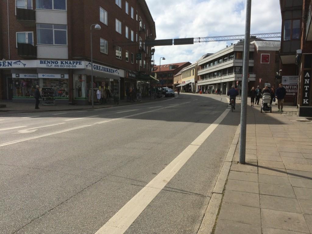 Den anden adgang til Torvets P-kælder, sker ind under Østergade - lige efter Godthåbsvej. Østergade blive så en fin bugtet og kurvet gågade op til Torvet
