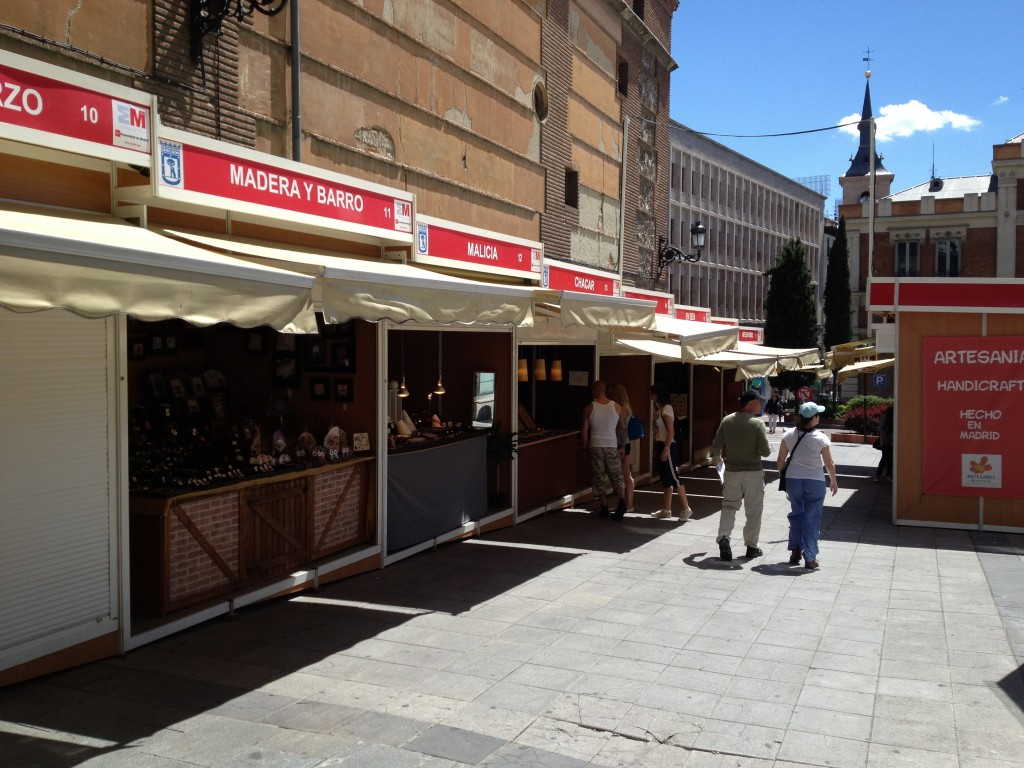 Her er et lignende 'bazar-miljø' på en skrående gade i Madrid